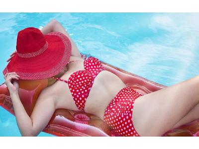 Роспотребнадзор объяснил, можно ли купаться в бассейне в раздельном купальнике